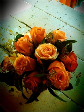 peach roses in a glass bowl
